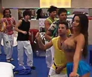 "Ensinando samba, Laisa deixa os seios à mostra no ""Gran Hermano"""